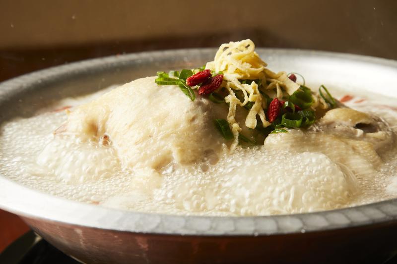 韓味一朴邸/1kg超の鶏を使った名物の参鶏湯。鍋の真ん中で圧倒的な存在感を放ち、コチラのテンションもアガりっぱなしです!