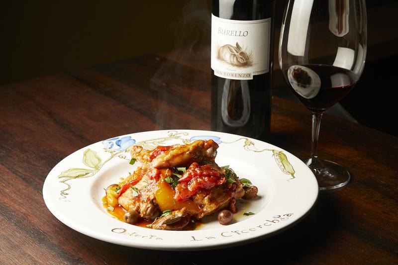Osteria La Cicerchia(オステリア ラチュルキア)/トマトと一緒に煮込んだウサギのポタッキオ2200円(税込)は程良い酸みが魅力。特に肝が濃厚な味わいで、サン・ロレンツォのブレッロ ロッソ・ピチュール 5000円(税込)が持つタンニンの余韻と相性抜群。