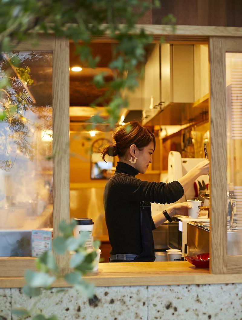 Soupteria(スープテリア)/ナチュラルな雰囲気の店内は、スープの優しい味わいを表しているかのよう。美人オーナーゆえ、つい見とれていると隣の彼女が拗ねますよ(笑)。