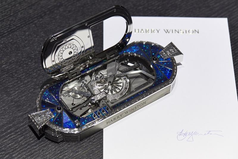 「プレシャス・シグネチャー・バイ・ハリー・ウィンストン」ジャケ・ドロー社製オートマトンムーブメント搭載(時計はクォーツ式)、18KWG&ザリウム™ケース(W187.6×D75.7×H26mm)/ハリー・ウィンストン(ハリー・ウィンストン クライアント インフォメーション)