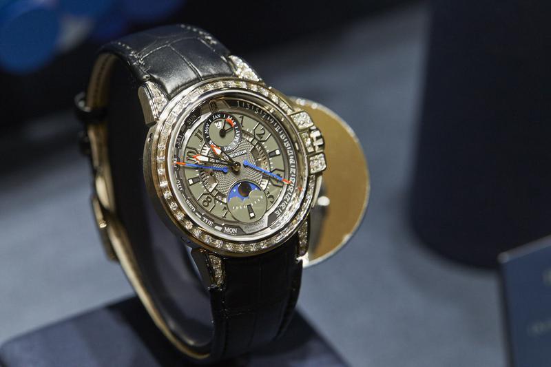 「HW オーシャン・20th アニバーサリー・バイレトログラード パーペチュアルカレンダー オートマティック」自動巻き、18KWGケース(42mm)、アリゲーターストラップ、10気圧防水、世界限定20本。/ハリー・ウィンストン(ハリー・ウィンストン クライアント インフォメーション)