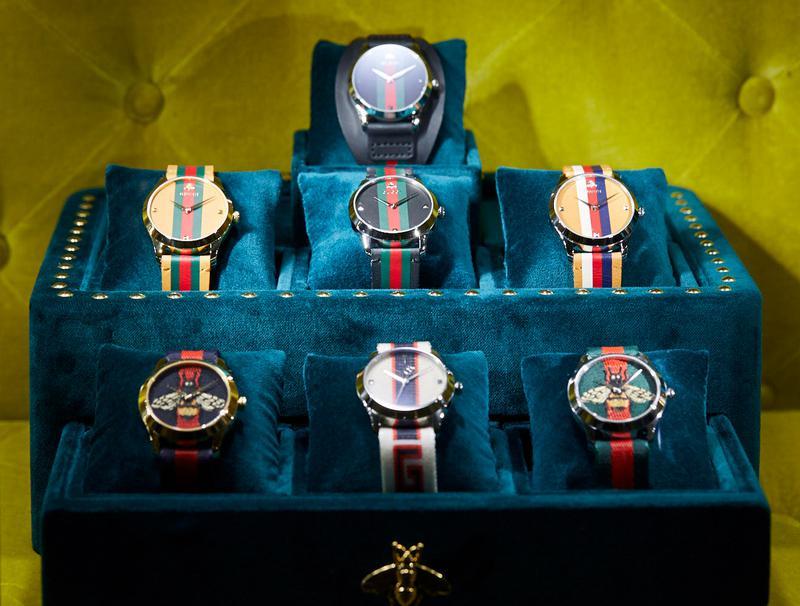 時計もファッションのひとつ、という意図が伝わってくるポップなデザイン。