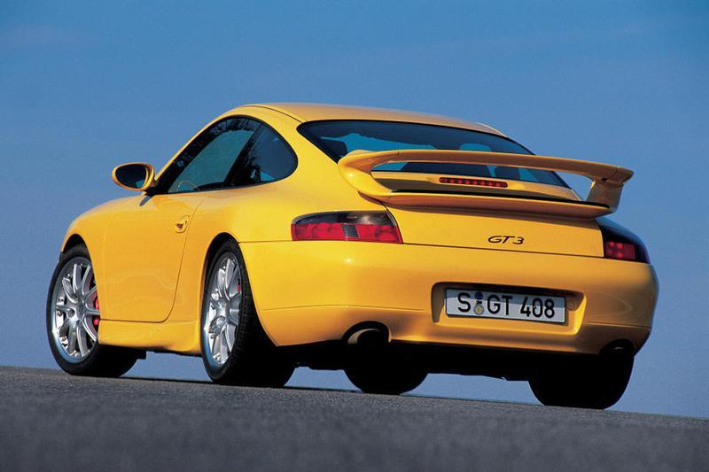 複雑な曲面で構成されたリアスポイラーが前期型GT3の特徴