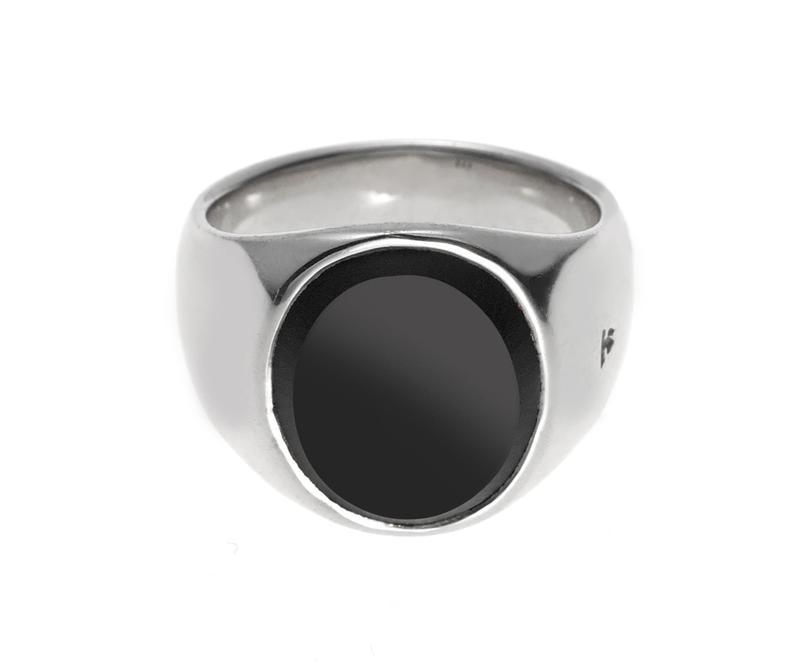 シルバーとオーバルカットのブラックオニキスを組み合わせたシックなデザインが魅力。オニキスの表面をマット仕上げにしたところが洒落者好みです。5万8000円/トム ウッド(タトラス&ストラダ エスト青山店)