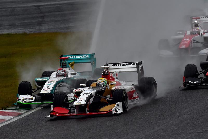 2015年フォーミュラ・ニッポン最終戦、鈴鹿のスタート直後。雨の中、チャンピオン争いをしていた山本尚貴と、中嶋一貴がイン側芝生に踏み込んでギリギリで競り合った。レンズ越しの光景に思わず叫んだほどの駆け引きでした。