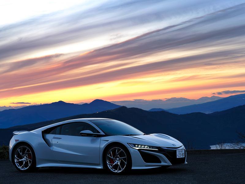 富士フイルムのGFXという中判カメラのプロモーションで、箱根ターンパイクで大観山の駐車場で撮りました。僕は余計なライティングはせずにクルマをきちっと見せたいので、山の稜線とNSXのルーフラインが重ならないよう置きました