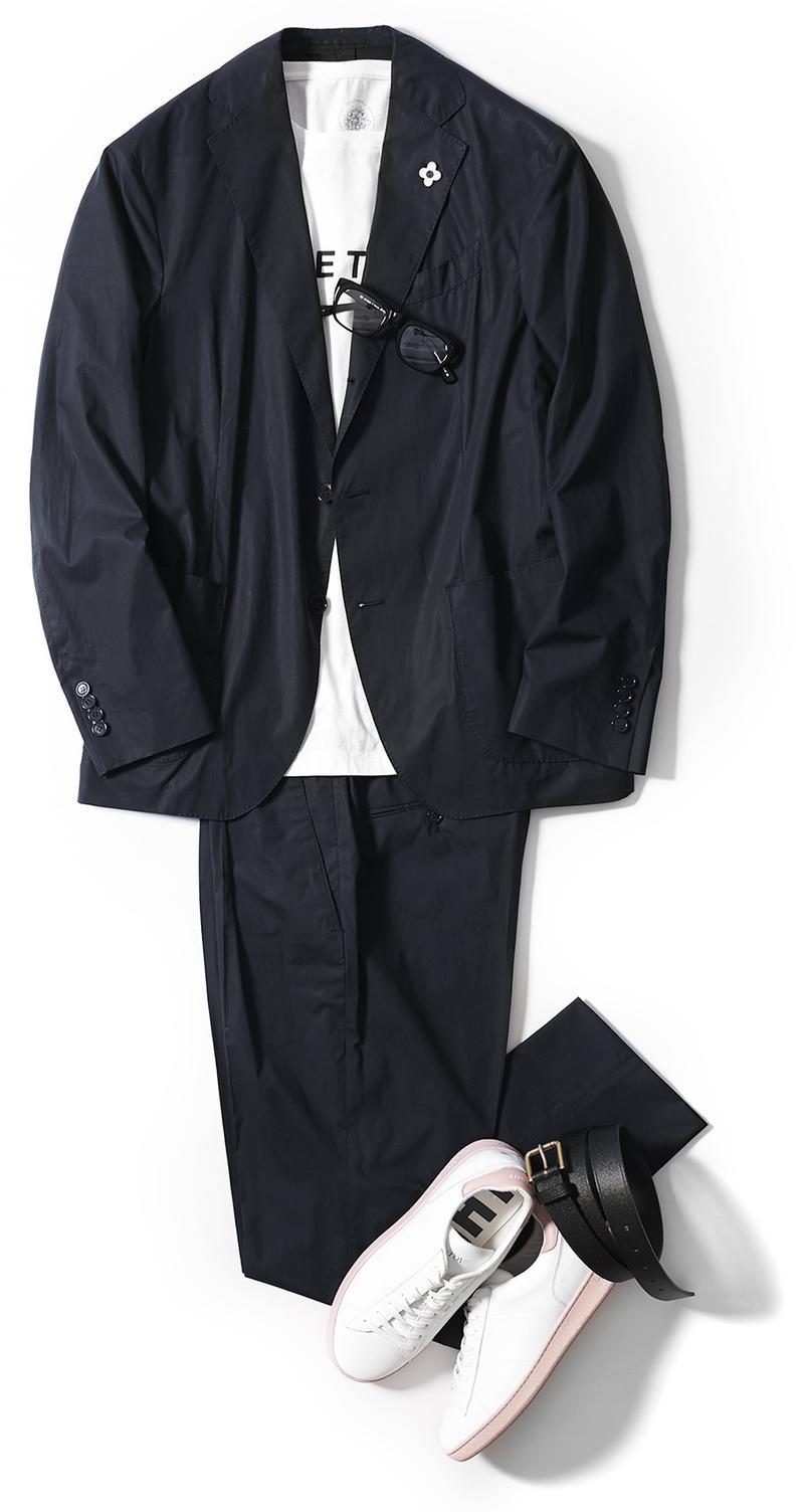 スーツ、コート、メガネ、バックパック、ベルトは同じ。カットソー1万4000円/アップルトゥリーズ(ユニット & ゲスト)、靴3万9000円/ローヴ(トレメッツォ)