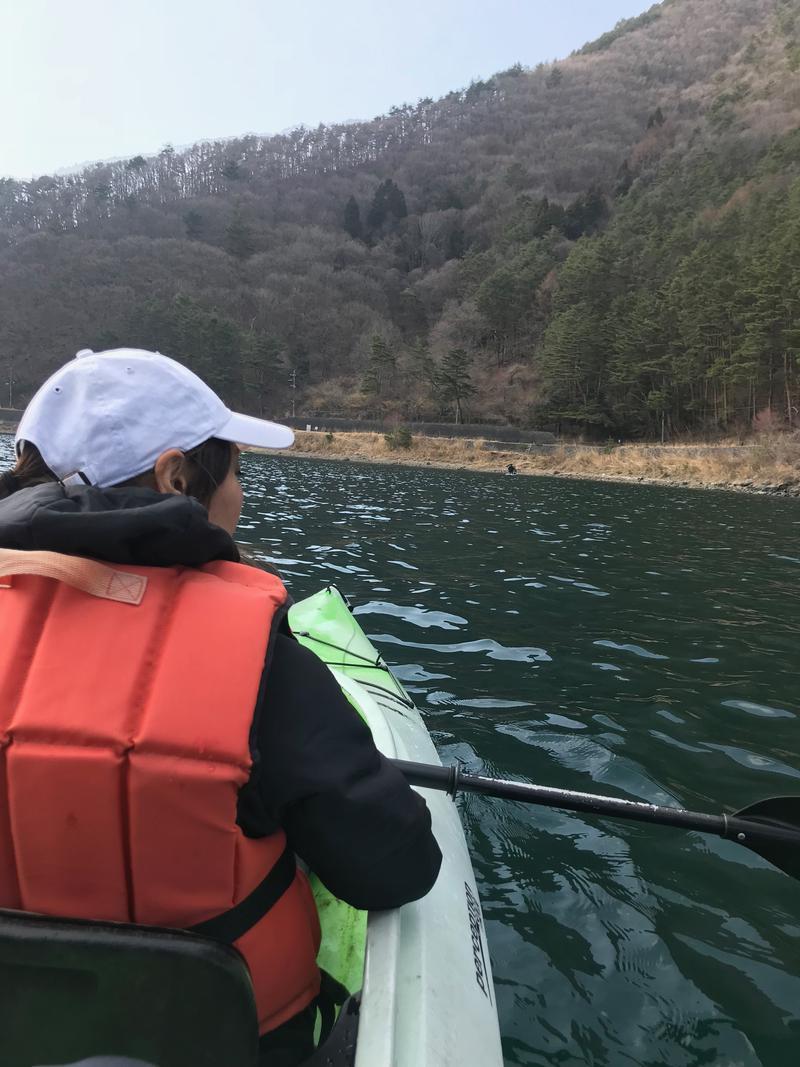 編集部遠藤とトライしたカヌー。河口湖をゆっくりと漕いだひと時は良い思い出になりましたよ。