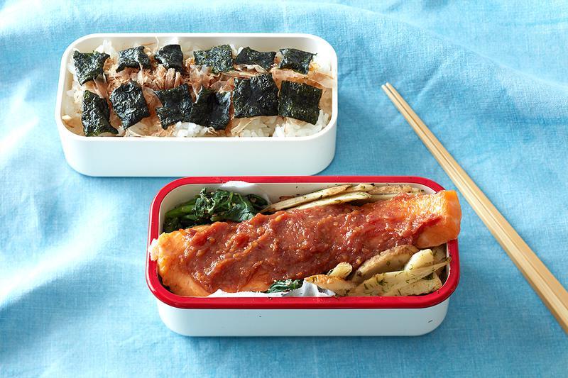 2段式の弁当箱はコンパクトなのでバッグに収納しやすいのも◎。