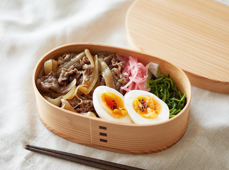 """牛肉と玉ねぎを甘辛く煮た""""牛丼のもと""""でごはんがすすむ、すすむ。"""