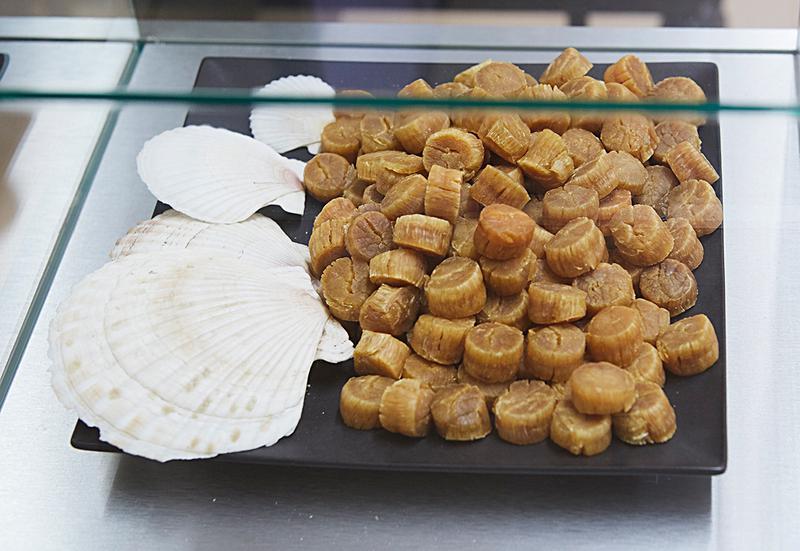 シウマイには国産ブタ肉をその日の朝工場で挽いたひき肉と、北海道産の玉ねぎ、一晩水でもどした干し貝柱を戻した水ごと混ぜいれる。