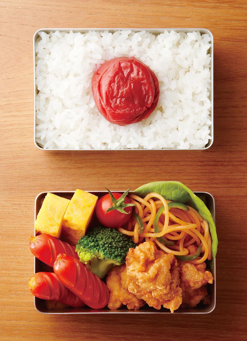 ごはんを敷き詰め、大きい梅干しを入れると日本の国旗と同じ比率になるように設計されているTHE LUNCH BOX。