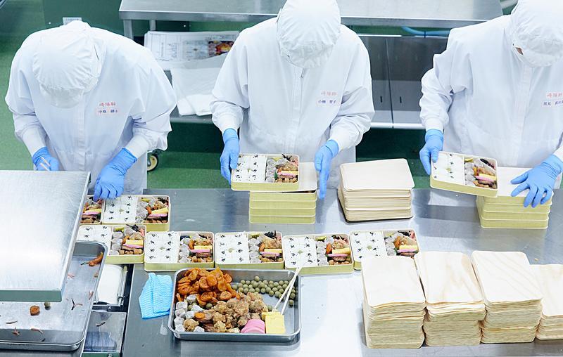 シウマイ弁当は1ラインに30人ほどが列となり、ごはんやおかずを順に詰めていきます。