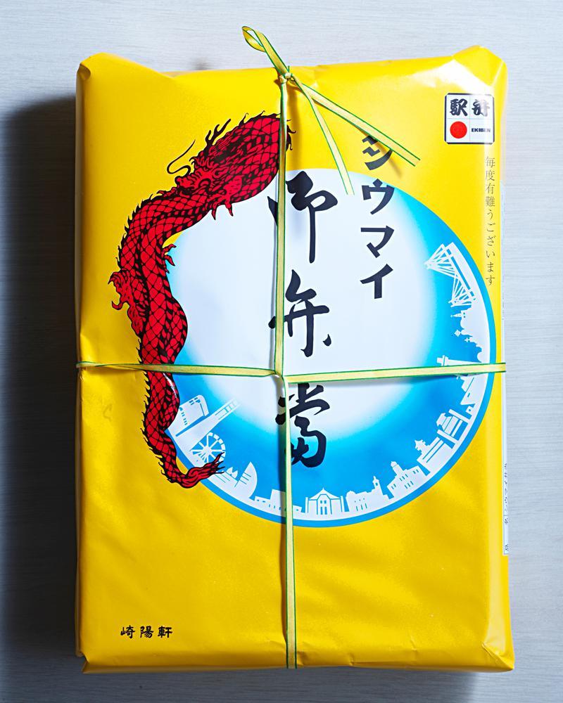 横浜工場で製造されたものは昔ながらの掛け紙にヒモがかけられています。でも……