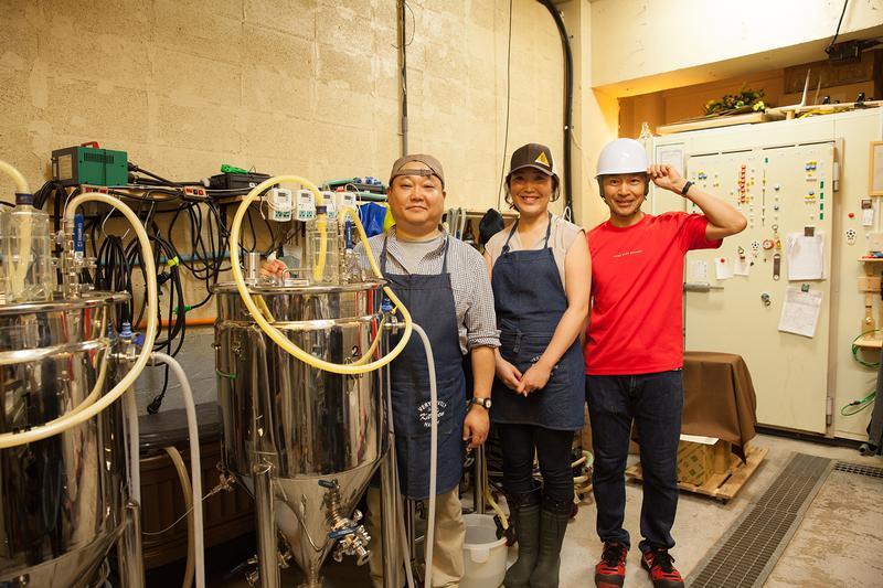 左手前が75リットルの樽。醸造にはドイツから直輸入したマシンを使用。