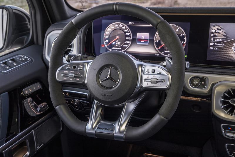 ステアリングホイールのスポーク部分にインフォテイメントや運転支援システムのコントローラーがインストールされている