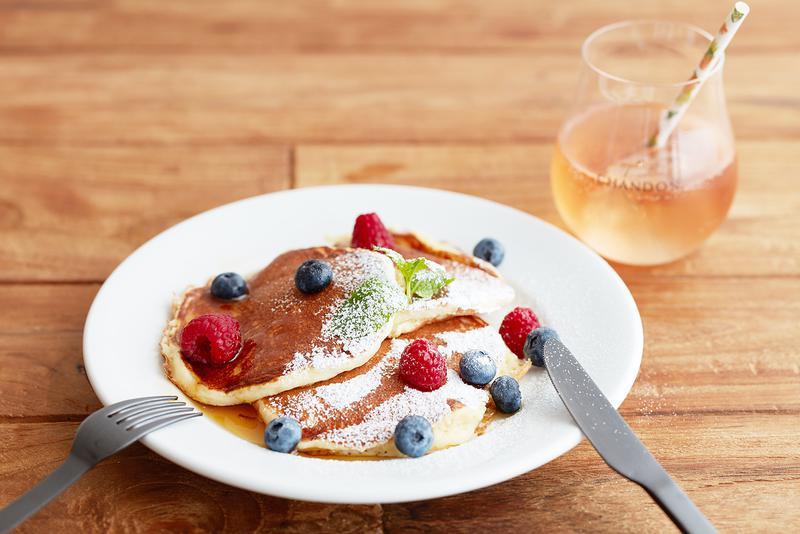 マルヴァジアディカンディア、マスカットカネリ、ピノ・ノワールという、アロマティックなブドウ品種から作られたロゼスパークリングワイン。パッションフルーツや桃、ライチなど鮮烈なフルーツのアロマに加え、オレンジの花やバラのフローラルな甘い香りが特徴的です。