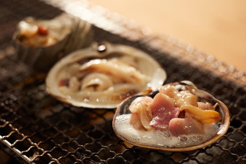 やはり夏に旬を迎えるサザエ、大あさり、ホッキ貝の焼貝3種盛り。2400円