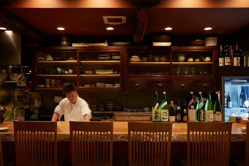 貝にはやはり日本酒がよくあう。店主が全国をまわって探したラインナップが魅力的。