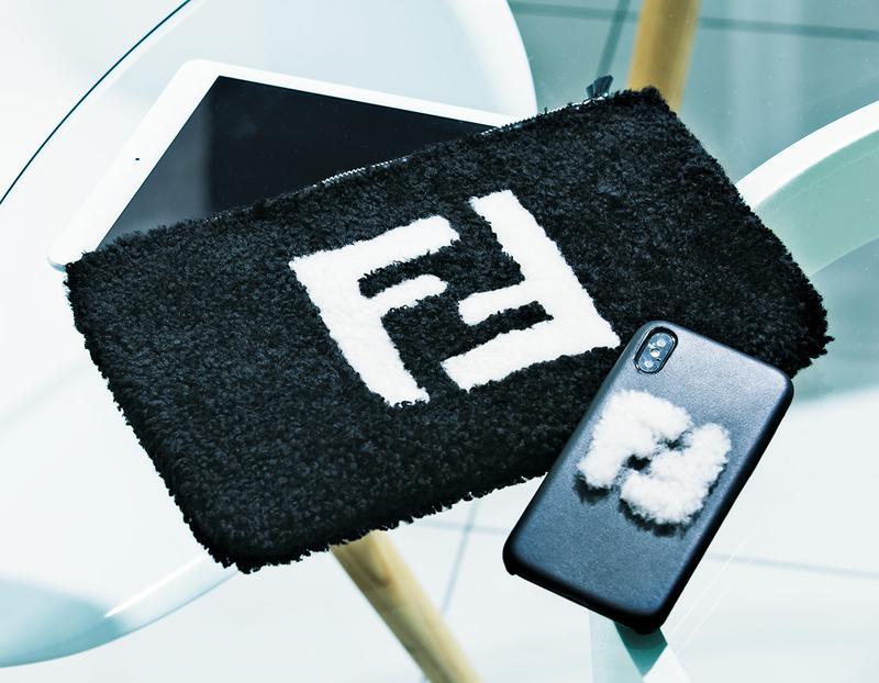 スマホカバー(iPhone X)5万2000円、ポーチ15万9000円/ともにフェンディ(フェンディ ジャパン)