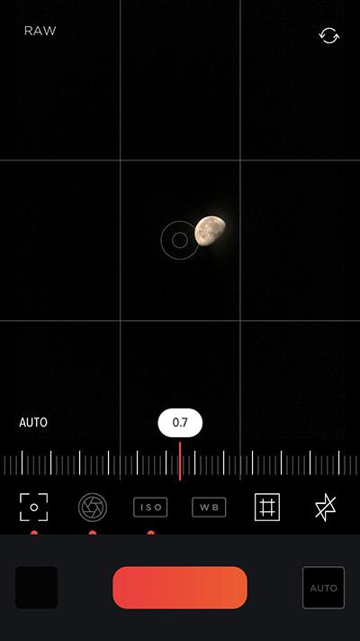 一番左のアイコンで「焦点距離」を設定。月の輪郭がはっきりするところまでスライドします。