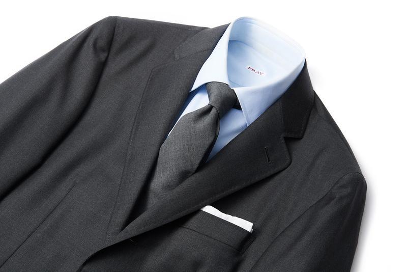 スーツ23万円/カナーリ、シャツ4万3000円/フライ、タイ1万2000円/バーニーズ ニューヨーク(すべてバーニーズ ニューヨーク カスタマーサービス)、チーフはスタイリスト私物