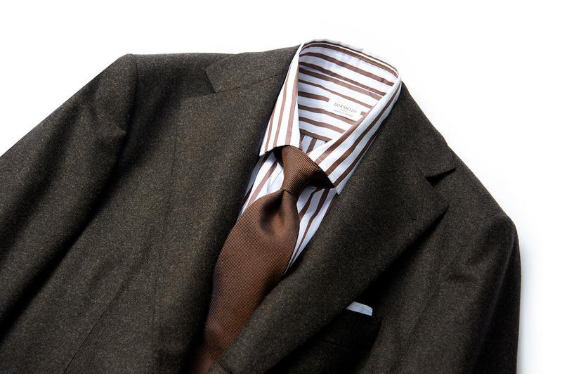 スーツ27万7000円/ベルベスト、シャツ2万3000円/ボリエッロ、タイ1万600円/フランコ バッシ、チーフ2800円/ビームスエフ(すべてビームス 六本木ヒルズ)