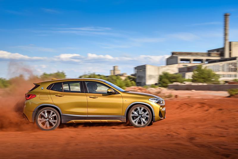 BMW X2 ガルバニックゴールドというボディカラー