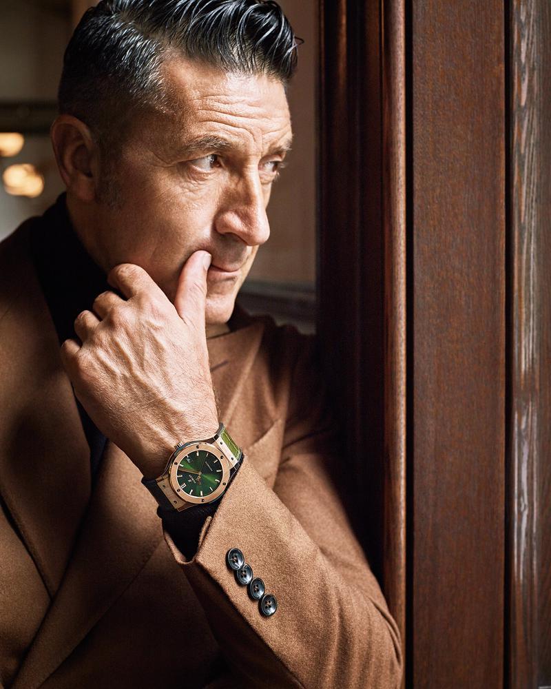 時計「クラシック・フュージョン キングゴールド グリーン」自動巻き、18Kキングゴールドケース(45㎜)、グリーンアリゲーター×ブラックラバーストラップ。5気圧防水249万円/ウブロ、スーツ22万円/パイデア、ニット2万2000円/グランサッソ(ともにビームス ハウス 丸の内)