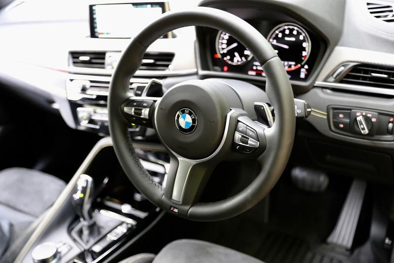 BMW X2 M Sport Xのステアリングホイールはパドルシフトつき