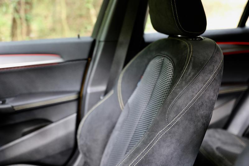 BMW X2 M Sport X専用のアルカンターラ張りのスポーツシート