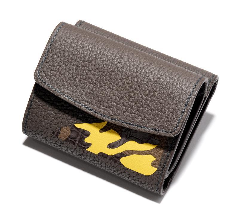 ベージュ、カモフラ柄三つ折りコンパクトウォレット5万8000円/メゾンタクヤ(ファーレ)